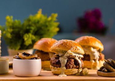 Burgers μοσχαρίσια με blue cheese sauce και μανιτάρια