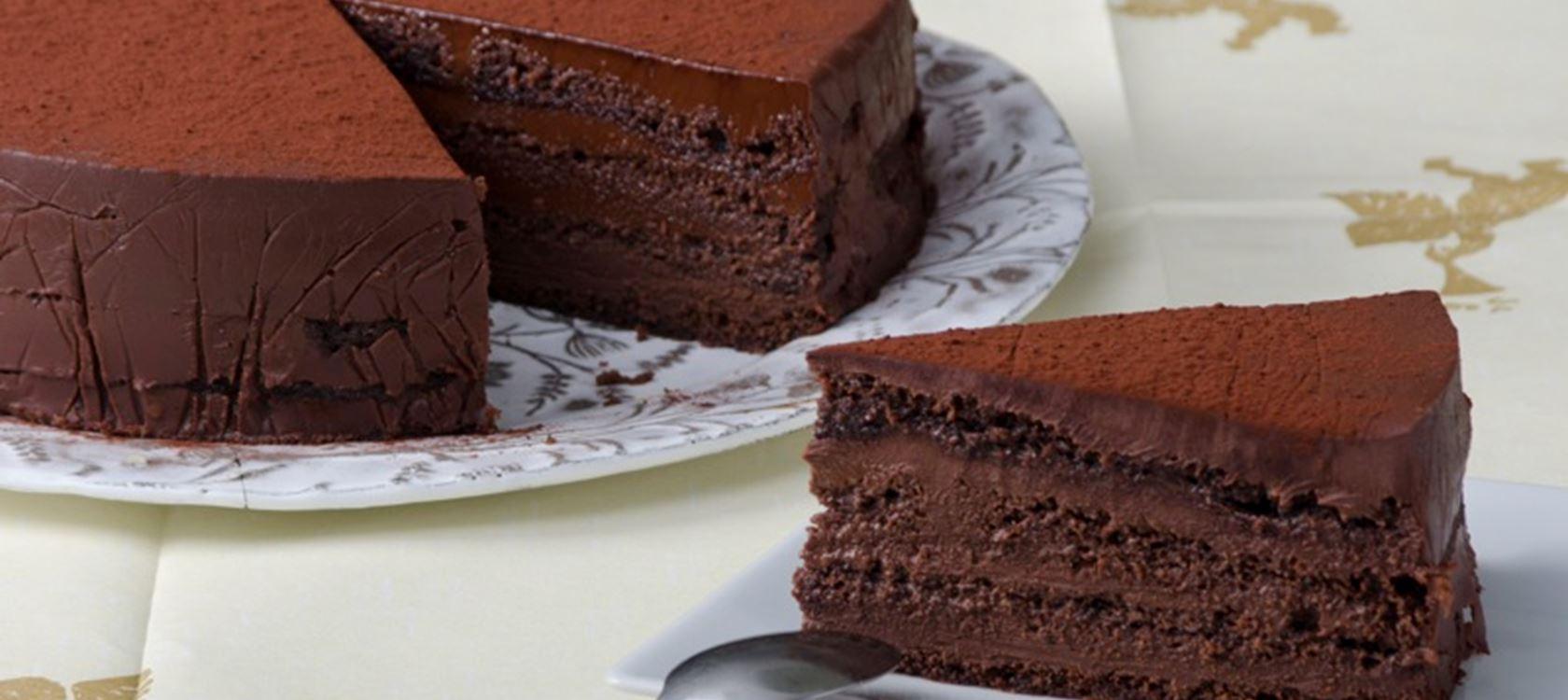 Τούρτα σοκολάτα με ρούμι πασπαλισμένη με κακάο
