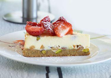 Cheesecake με φιστίκια, σταφίδες & φρουί γλασέ