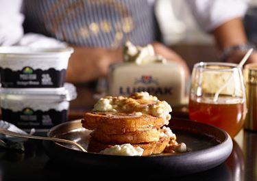 Τηγανητές αβγοφέτες με κρέμα τυριού και μέλι