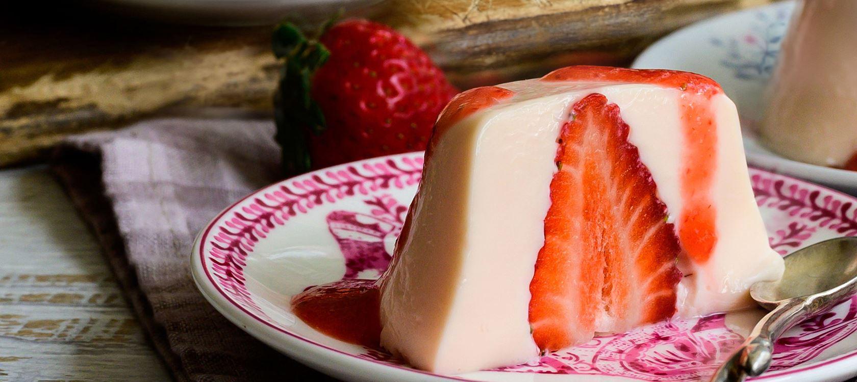 Πανακότα με ρόφημα γάλακτος Arla Protein & φρέσκες φράουλες