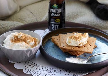 Μους cottage cheese με κράκερ μελιού