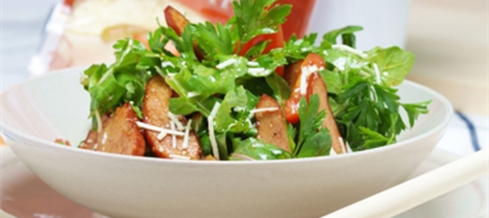 Σαλάτα με απάκι στο τηγάνι, ρόκα και τριμμένο σκληρό τυρί