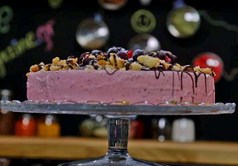 Εύκολη τούρτα παγωτό με κόκκινα φρούτα και μπισκότο καρύδας