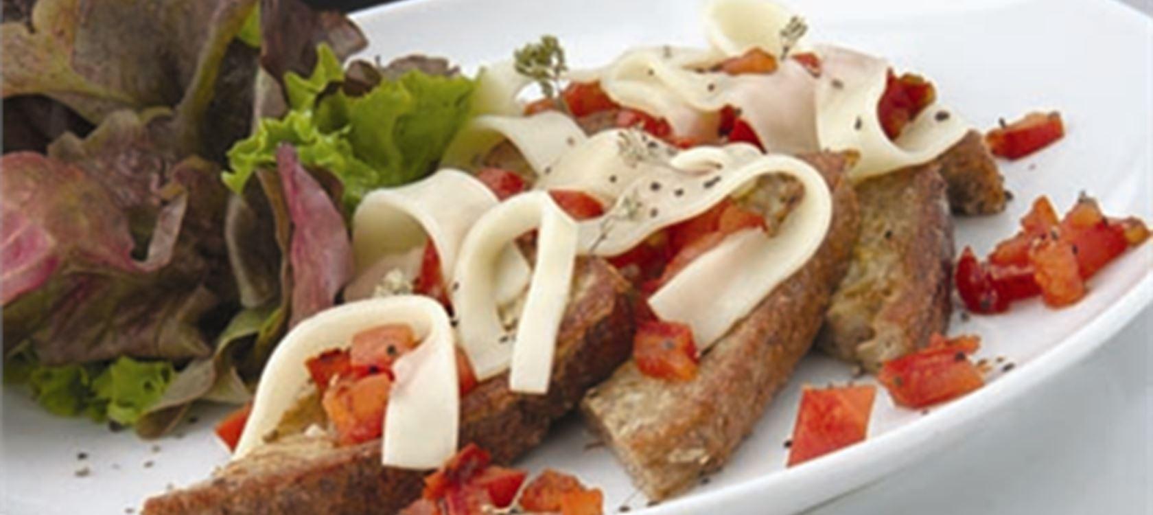 Αυγοφέτες τηγανητές με βούτυρο, τομάτα και τυρί