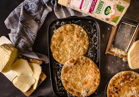Πλακόπιτες τυρένιες με μέλι & κανέλα