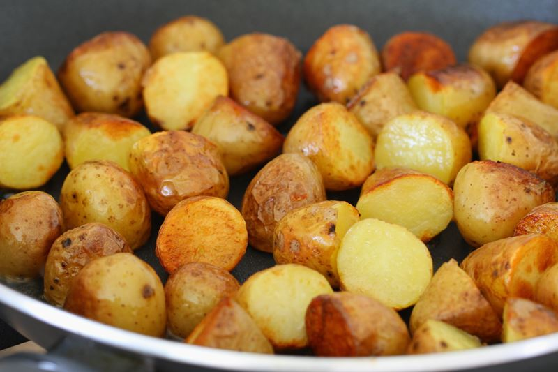 Baby πατάτες βουτυράτες με θυμάρι και σκληρό τυρί Δανίας