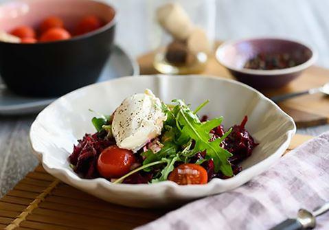 Σαλάτα με παντζάρι, τοματίνια και φρέσκο τυρί κρέμα