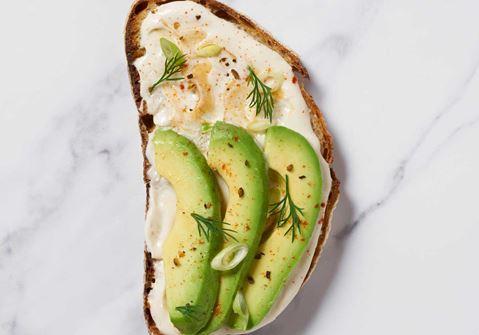 Lactosevrije toast met avocado, tahini en Lactofree roomkaas