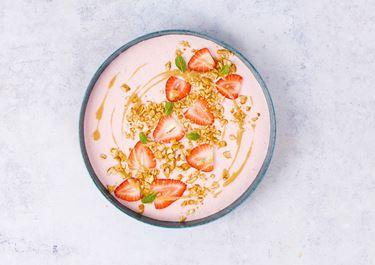 Lactosevrije smoothie bowl met pindakaas en rood fruit