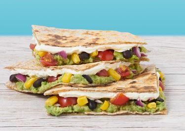 Lactosevrije quesadilla's met zwarte bonen, avocado en roomkaas