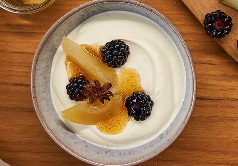 Arla Skyr Creamy met gepocheerde peren met steranijs en verse bramen