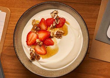 Arla Skyr Creamy met aardbeien, walnoten en vanillesiroop