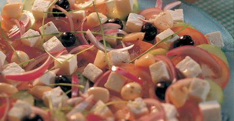 Salade van witte kaas en rode ui