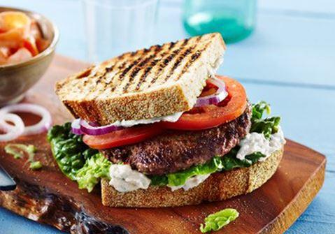 Hamburger met lactosevrije yoghurtknoflooksaus