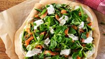 lactosevrije pizza met roomkaas, zalm en paprika