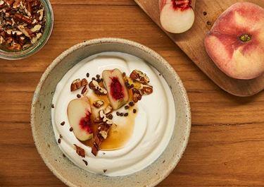 Arla Skyr Creamy met perzik, pecannoten, ahornsiroop en kardemon