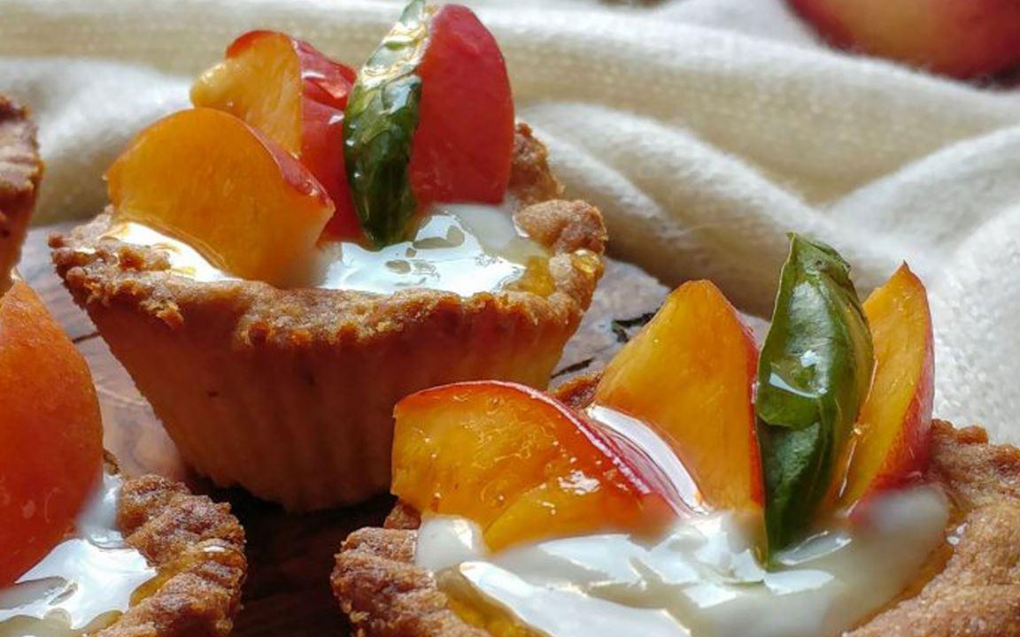 Lactosevrije mini taartjes met vanilleyoghurt en nectarine