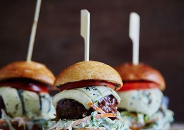 Grillet hamburger med blåmuggost og barbequesaus