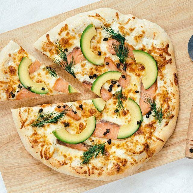 Hvit pizza med laks og avokado