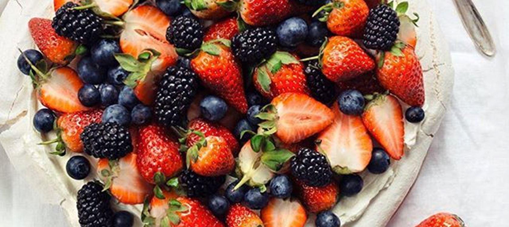 Pavlova med bær og pasjonsfrukt