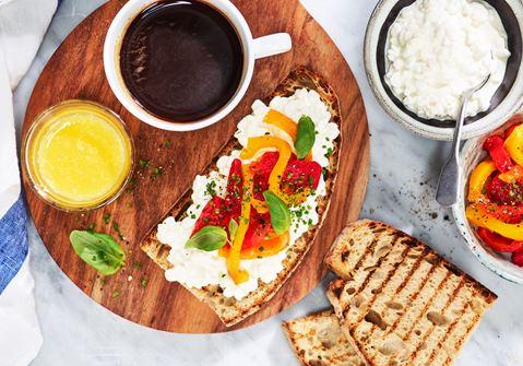 Grillat surdegsbröd med cottage cheese och marinerad paprika