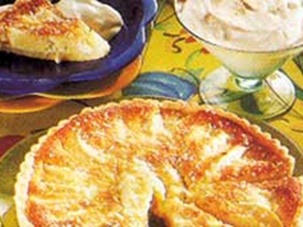 Äppelkaka med kokos och yoghurtsås