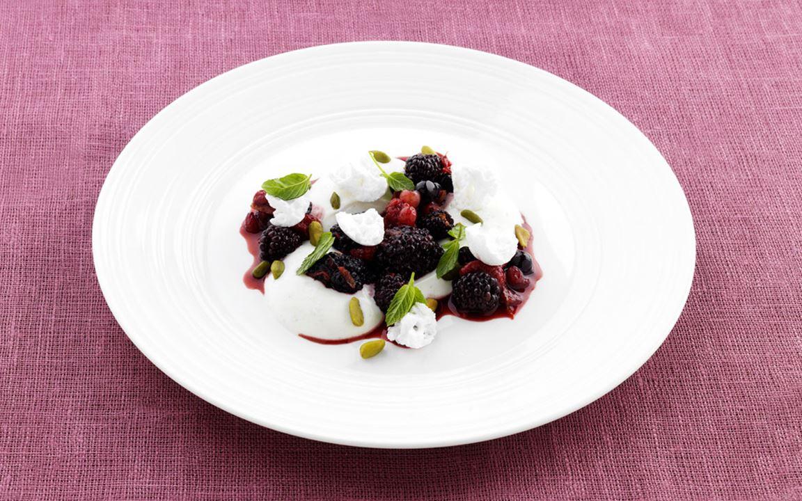 Yoghurt med rårörda skogsbär och maränger