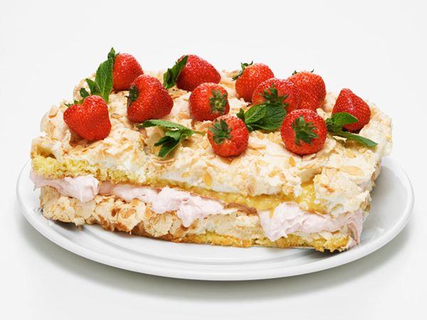 Marängtårta med rabarber och jordgubbar