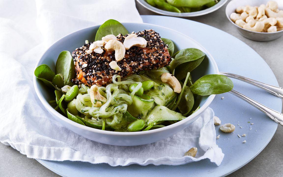 Sesampanerad lax med zucchinipasta, grön currysås och cashewnötter