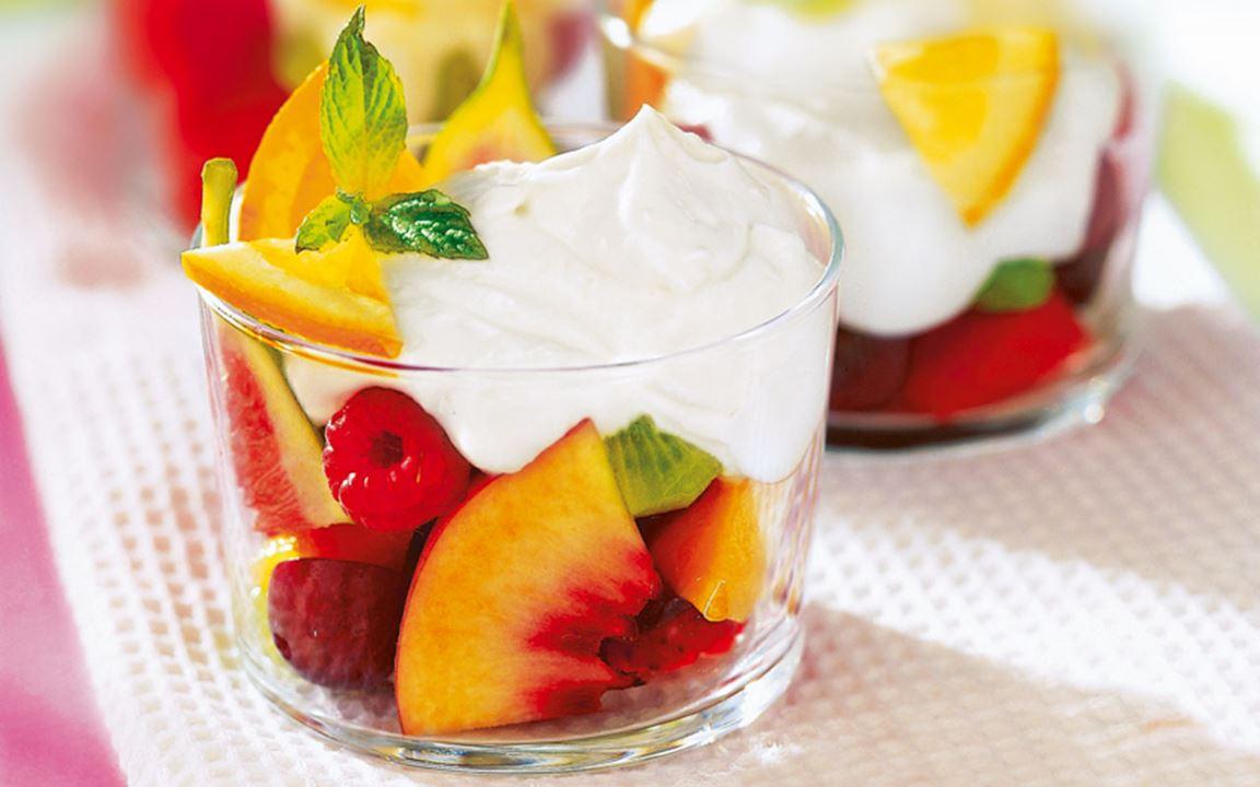 Fruktsallad med honungsgrädde