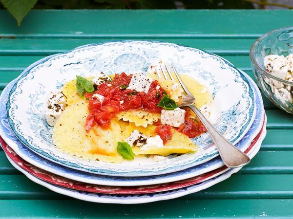 Färsk ravioli med tomatröra