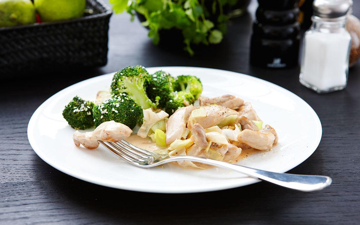 Het kyckling med råstekt broccoli