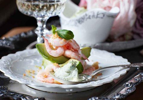 Yoghurtsås med färskost och basilika