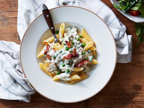Krämig pasta med bacon och ärter