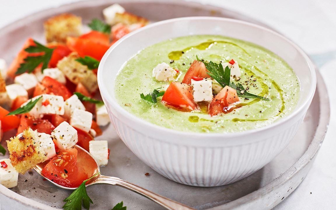 Grön bönsoppa med tomater och vitost