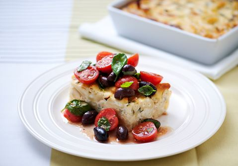 Vegetarisk pastagratäng med tomattopping