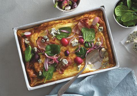 Ugnsomelett med bacon, ädelost och rödlök