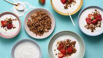 Yoghurt med bär och honungsrostad havre
