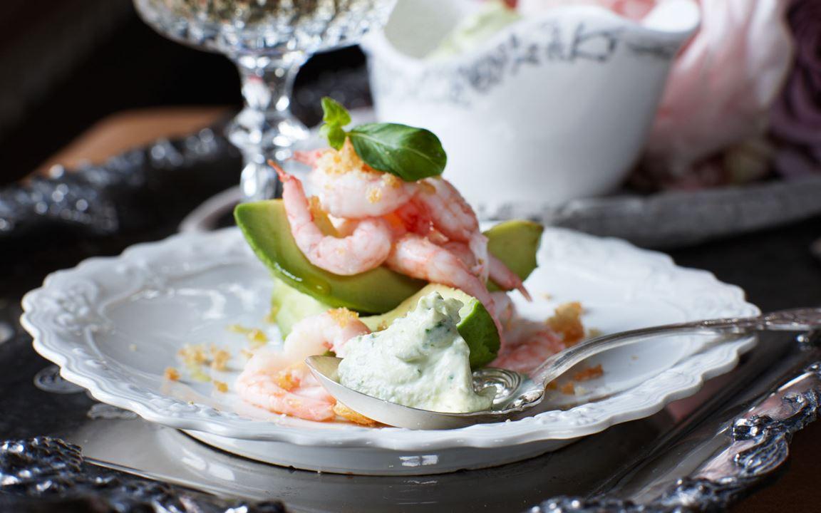 Yoghurtsås på färskost och basilika