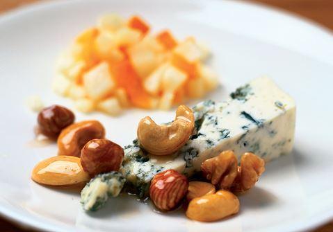 Honungsnötter med blåmögelost och fruktsallad