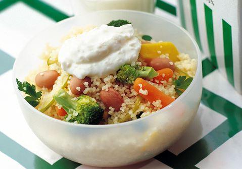 Ljummen couscous med grönsaker och ostcrème