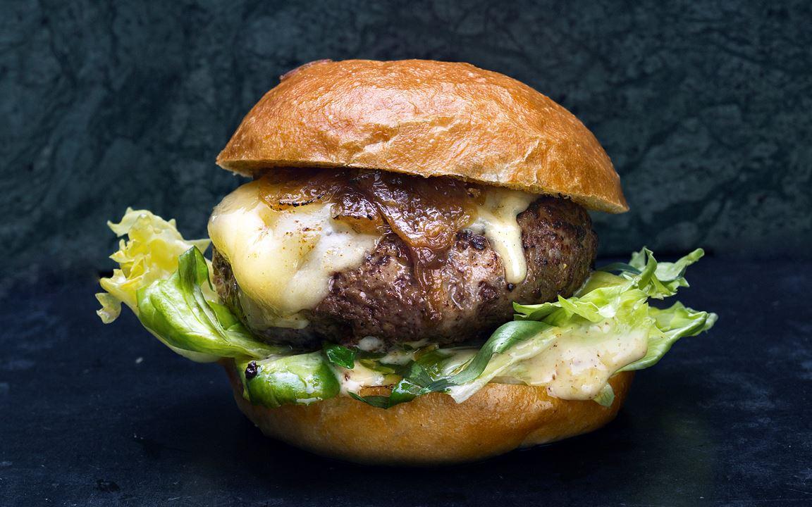 Chefs burger med karamelliserad lök