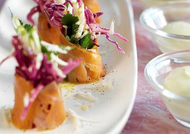 Rimmad lax med rödkålssallad och avokadokräm