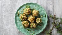 Ostbollar med basilka och pinjenötter