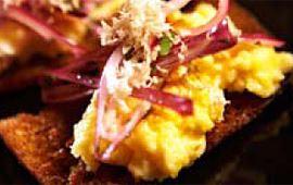Äggröra med cheddar på grillat bröd