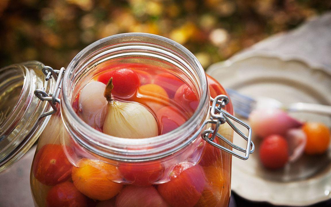 Inlagda lökar och tomater