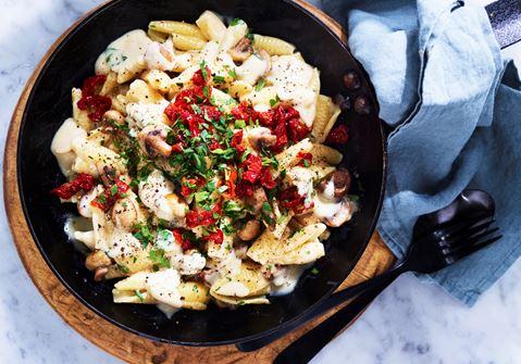 Pasta med ostsås och svamp
