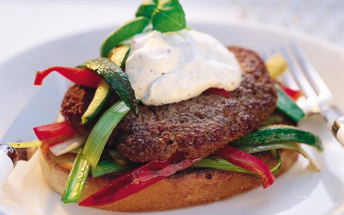 Hamburgare med stekta grönsaker