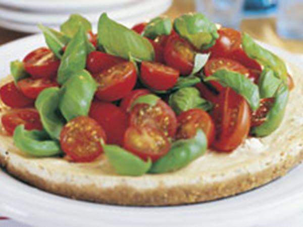 Cheesecake med tomat och basilika